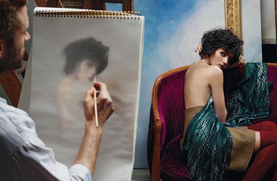 Художник рисует с натурщицы видео